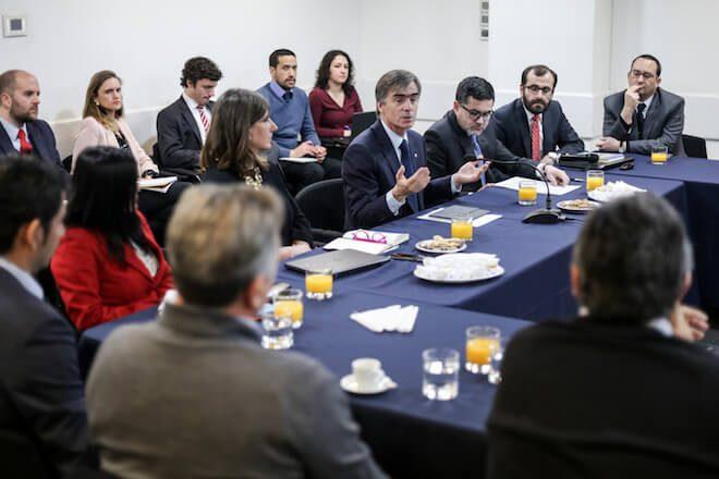 Ministro Valente convoca a mesa de trabajo y aborda ajustes en normas de cultivo con salmoneros