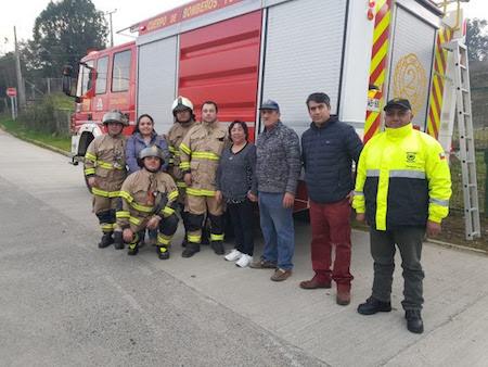 Bomberos de la 2a CÍA y municipalidad realizaron labor de limpieza de cañones a adultos mayores de comuna en Los Ríos