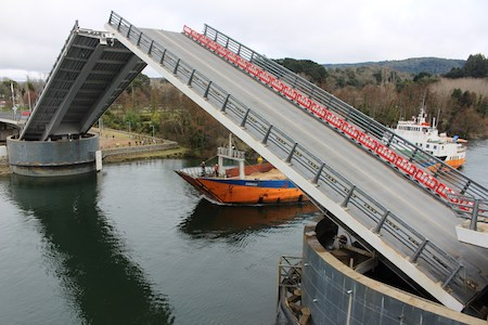 Puente Cau Cau abrió por primera vez sus tableros para el paso de embarcaciones desde su puesta en uso provisorio