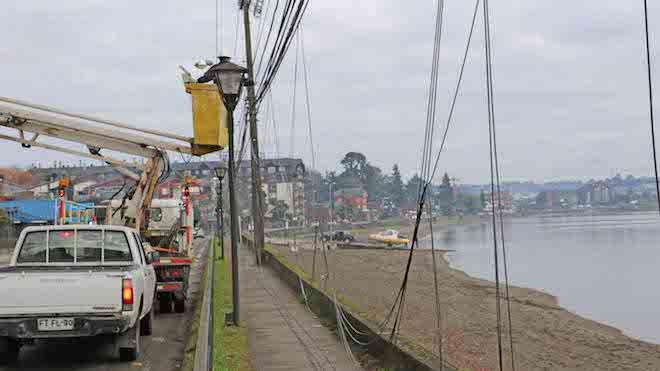 Municipalidad dePuerto Varasdeclara la guerra a escombros aéreos y retirará cables en desuso de empresas de telecomunicaciones y energía