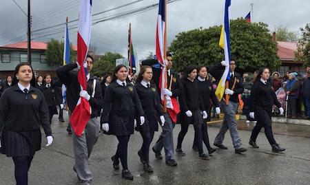 Con viento y lluvia, Paillaco desfiló para celebrar Aniversario Patrio