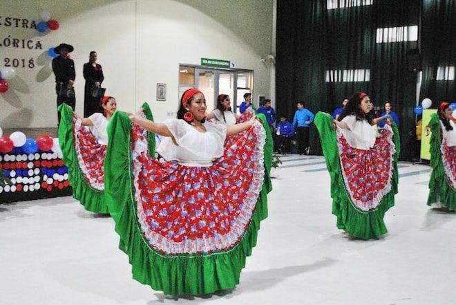 Escolares del Biobío se lucen en VII Muestra Folclórica Santo Tomás