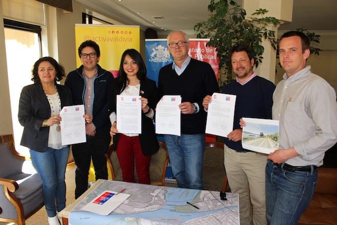 MOP y Activa Valdivia firman convenio para proyecto de senda transitoria en Ruta Valdivia-Niebla