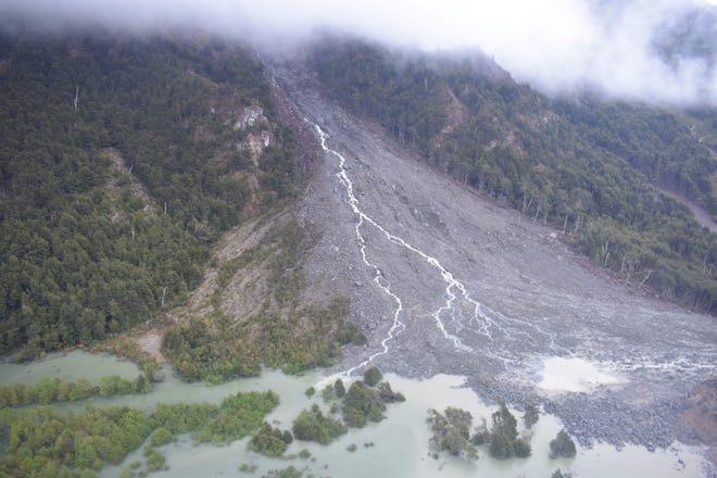 Intendente Navarrete sobrevoló zona derrumbada en Valle Exploradores