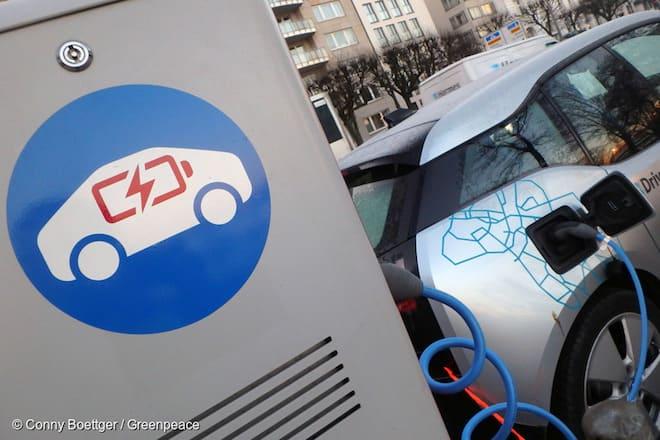 Greenpeace emplaza al Gobierno: «¿En qué año ya no se venderán más autos a combustión en Chile?»
