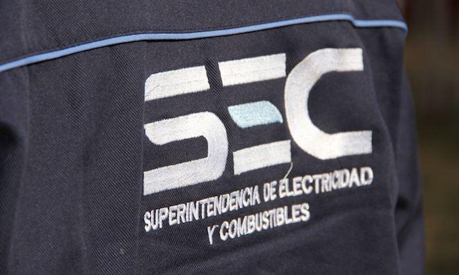 SEC llama a la ciudadanía a evitar el uso de cotillón cerca de redes eléctricas para prevenir cortes de luz