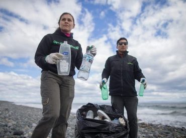 """Greenpeace limpia costas de Porvenir y """"audita"""" plástico encontrado: """"Estamos impactados con este verdadero tsunami plástico que existe en la Patagonia"""""""