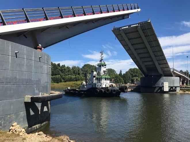 Su jornada más intensa de tránsito fluvial, experimentó el puente Cau Cau con paso de cuatro embarcaciones