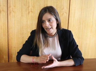 Directora regional de Sernameg repudia actitud del alcalde de Puerto Varas, quien intentó besar a cantante Camila Gallardo