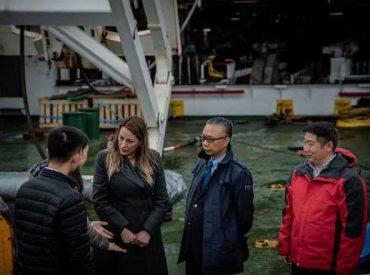 Intendenta de Magallanes recorrió junto a embajador de China buque que instala Fibra Óptica en Chile