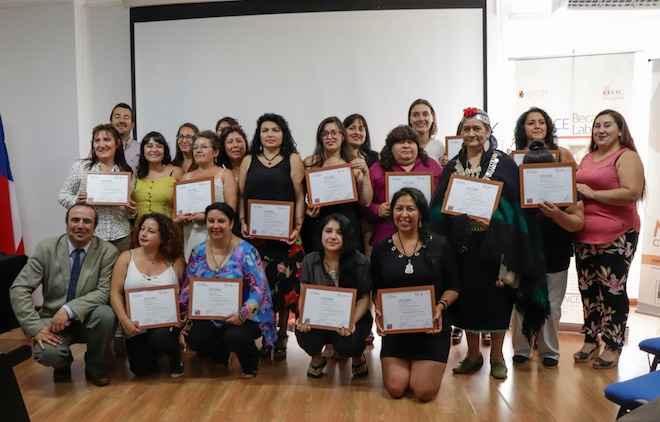 Mujeres se capacitan en diseño y elaboración de joyas de plata mapuche en Concepción