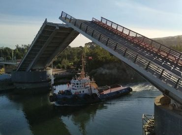 Con tránsito nocturno, cuatro embarcaciones pasaron bajo la estructuraen séptima apertura programada del puente Cau Cau