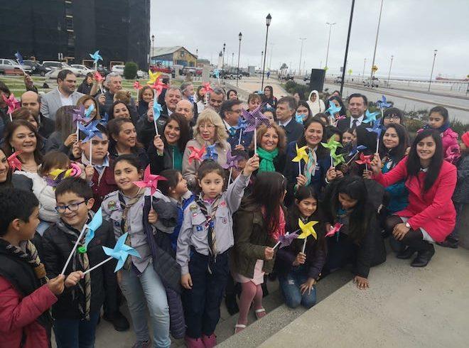 Cien remolinos de colores dieron vida al hito que compromete a Magallanes a poner a los niños primero en la fila