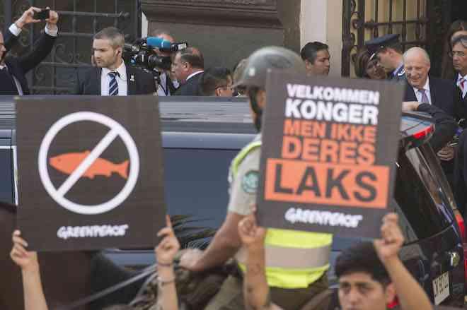 """Greenpeace encara al rey de Noruega: """"La monarquía de la industria salmonera no puede conquistar ahora la Patagonia"""""""