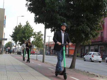 Seremi Armstrong promueve uso de scooter eléctrico en ciclovías de Concepción