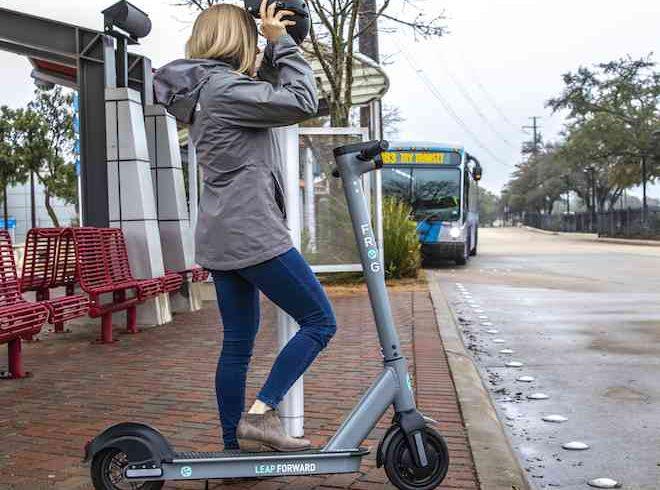"""Empresa llama a usuarios de scooters a """"cuidarlos y devolverlos"""""""