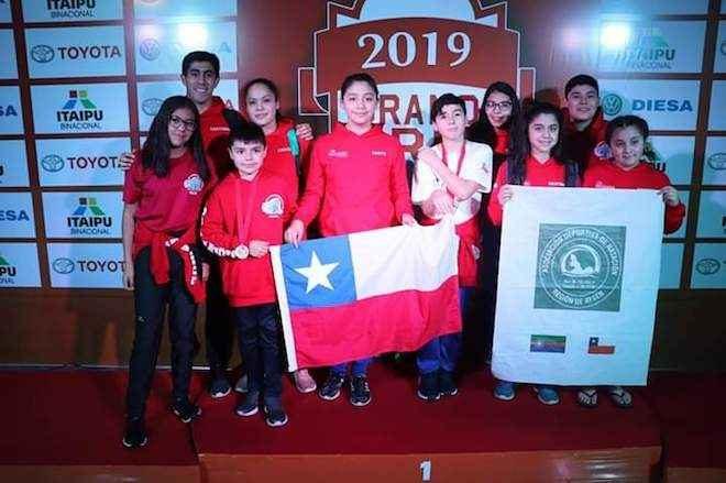"""Deportistas de la Asociación Deportiva de Natación Región de Aysén obtuvieron siete medallas en campeonato """"Grand Prix"""" de Paraguay 2019"""