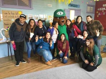 Islas Huichas recibe la visita de Forestín en la semana del reciclaje