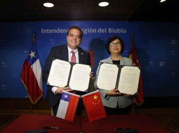 Intendente Giacaman firma un convenio de hermanamiento con delegados de Hubei China