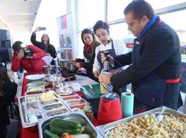 Autoridades preparan ensaladas saludables en la Vega Monumental