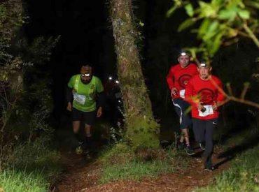 Carrera nocturna de trail invita a correr por distintos sectores de Isla Teja en Valdivia