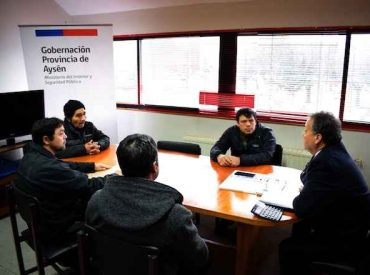 Gobernador de Aysén compromete apoyo a familiares de joven fallecido en atropello