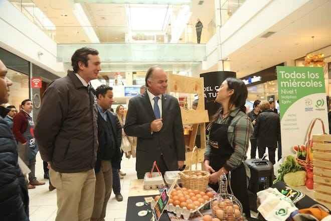 """Ministro Walker firma convenio para que mercados campesinos de INDAP lleguen a Mallplaza: """"Estamos llegando directamente al consumidor para beneficiar a quien produce"""""""