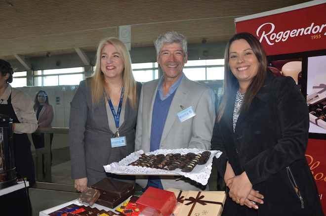 Sernatur recibe con chocolates y café de marcas regionales a pasajeros en Aeropuerto Carriel Sur