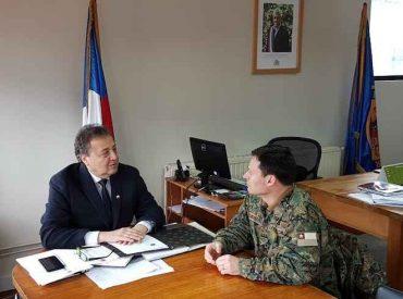 Gobernador y comandante del Regimiento 8 Chiloé coordinan actividades para el Mes de la Patria