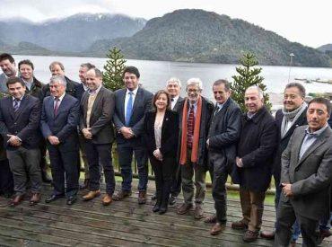 Gobierno firma acuerdo con la industria salmonera para potenciar su impacto productivo en el territorio de Aysén