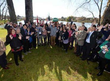 Intendente junto a más de 60 delegados de Apec participan en arborización en Humedal El Loto