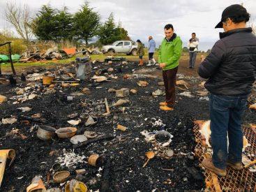 Piden acelerar retorno de jóvenes fallecidos en incendio en la isla Quehui: comunidad no cuenta con brigada de Bomberos
