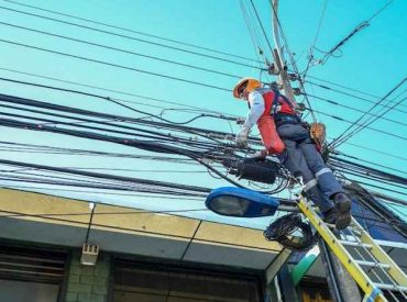 Alcalde Sabat destaca promulgación de ley para retiro de cables aéreos en desuso