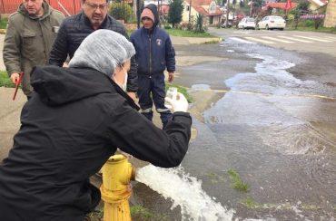 Comienza limpieza en redes domiciliarias de Puerto Octay: vecinos pueden abrir sus llaves pero el agua no es apta para beber