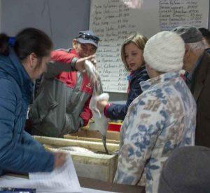 Mil 500 kilogramos de recurso pesquero fueron donados a adultos mayores de Puerto Aysén y Puerto Chacabuco