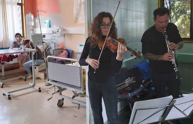 Con música clásica acompañan a pacientes en Hospital Base Valdivia