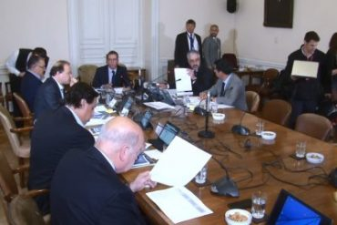 Comisión da luz verde a poner límite a la reelección de autoridades
