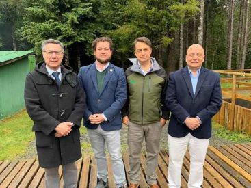 Firman inédito convenio para fortalecer acceso al Parque Alerce Andino