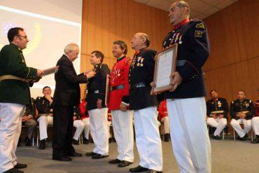 Municipio de Osorno entregó reconocimiento a voluntarios de bomberos por 30 años de servicio