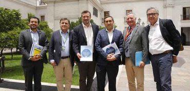 Ministro Sichel recibe sorprendentes resultados de encuesta social realizada por la Asociación de Municipalidades de Chile