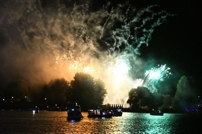 Público repletó la costanera para vivir tradicional Noche Valdiviana 2020