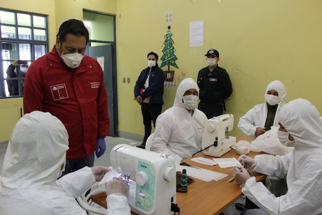 Internos de CCP Biobío fabrican 200 mascarillas diarias para prevenir contagio por COVID-19