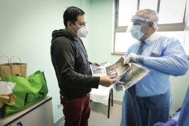 Tras su alta médica regresa a Santiago paciente de 30 años con COVID-19 trasladado a región de Biobío