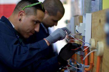 """Proyecto """"Aprendices"""": la apuesta para convertir a trabajadores chilenos en """"Maestros Guías"""""""