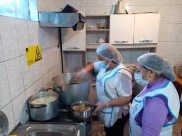 Trabajadoras Proempleo mantienen comedor solidario en Talcahuano que beneficia a más de 400 personas semanalmente