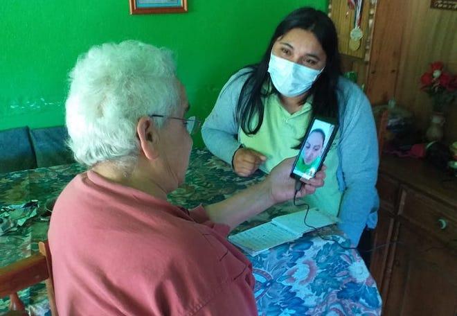 """Adultos Mayores de zonas rurales de Chile Chico reciben teléfonos de la fundación """"Conecta Mayor"""""""