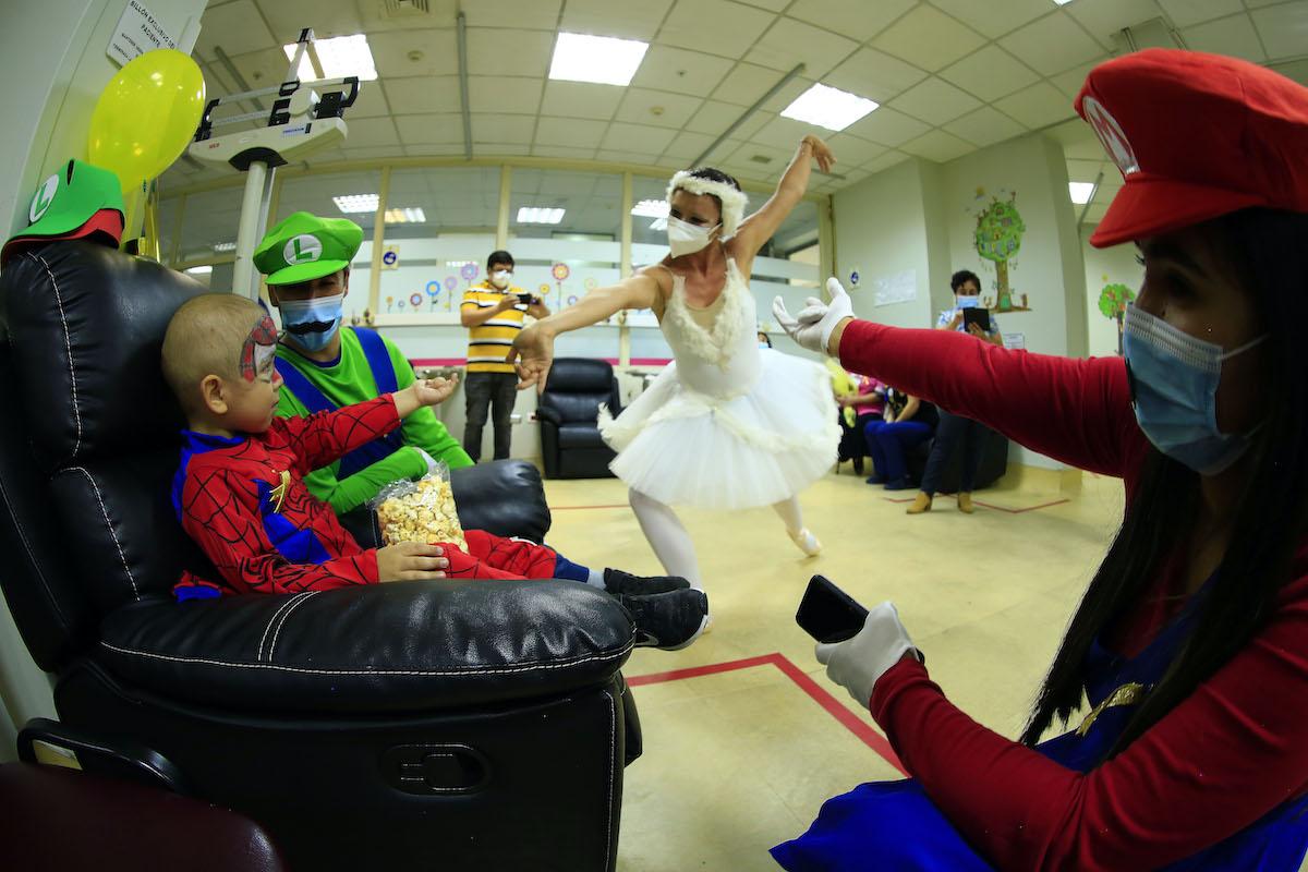 La danzaterapia se tomó los pasillos de Oncología Infantil del Hospital Guillermo Grant Benavente