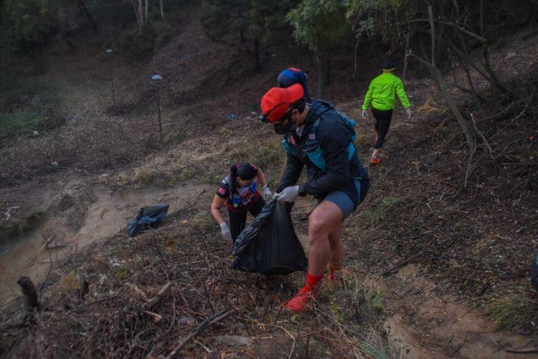 Deportistas limpian Parque Cerro Caracol en el día de la Tierra
