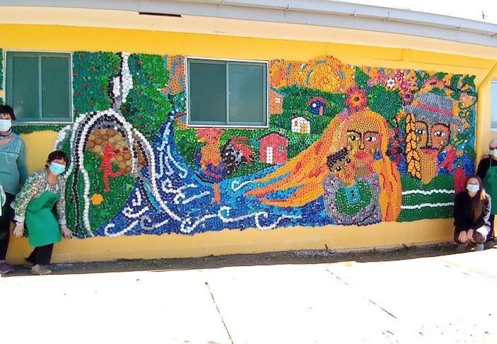 Familias de Yumbel fabrican mural ecológico para rescatar patrimonio barrial