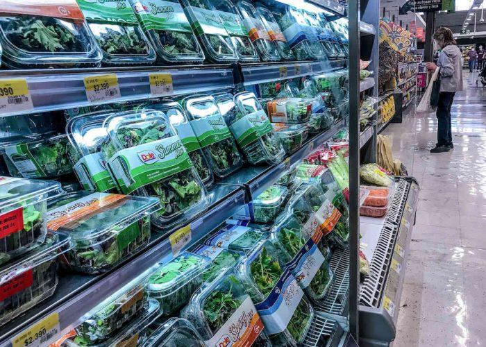 """A 3 años de la eliminación de las bolsas plásticas en Chile: """"El mercado más grande y contaminante de plástico son los empaques de alimentos"""""""